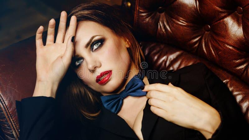 Femme fatale op leerlaag royalty-vrije stock afbeeldingen