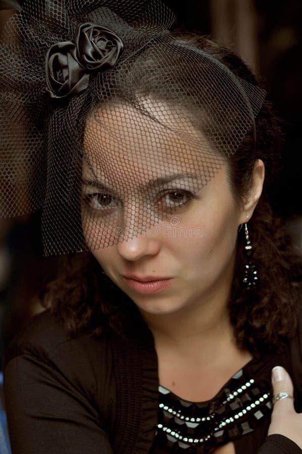 Femme fatale, zwarte sluier, avondjurk, diner bij het restaurant royalty-vrije stock foto