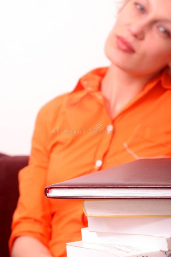 Femme fatigué adulte avec des livres images stock