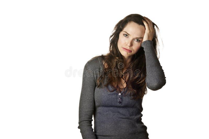 Femme fatiguée, chargée et vers le haut alimentée photographie stock