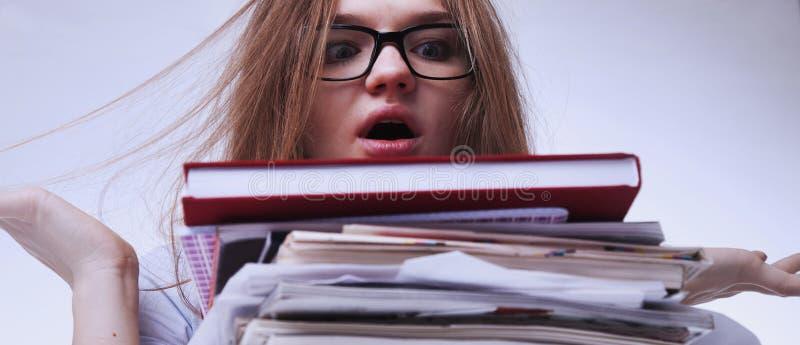 Femme fatiguée et épuisée travaillant avec des documents psychologiques photo stock