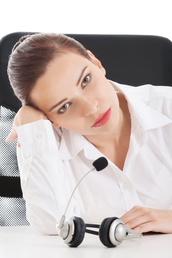 Femme fatiguée et triste d'affaires au centre d'appels. images libres de droits