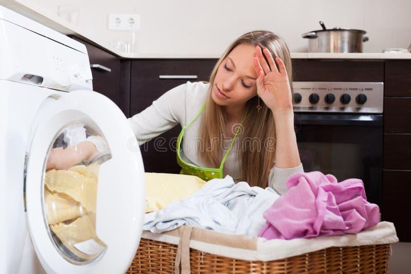 Femme fatiguée faisant la blanchisserie photographie stock libre de droits