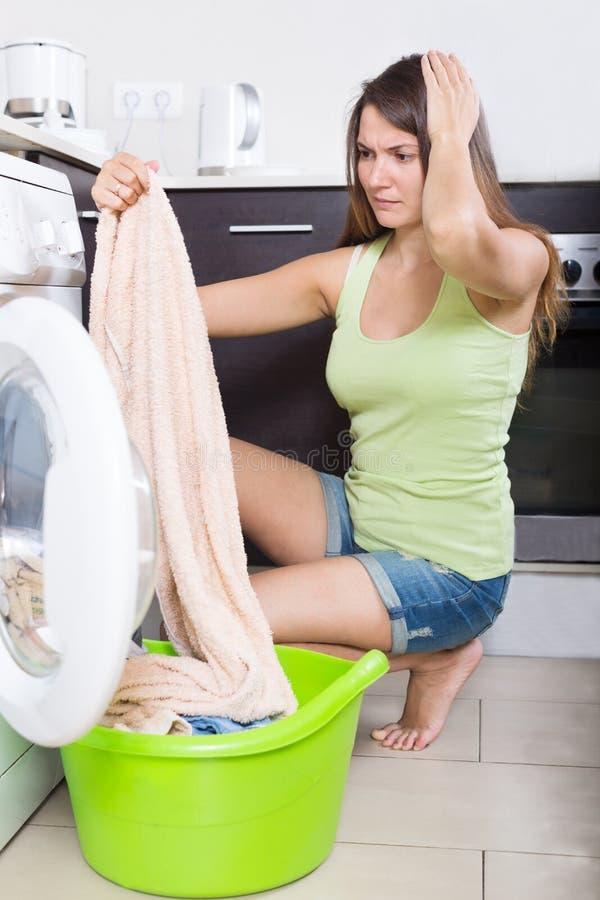 Femme fatiguée faisant la blanchisserie photographie stock