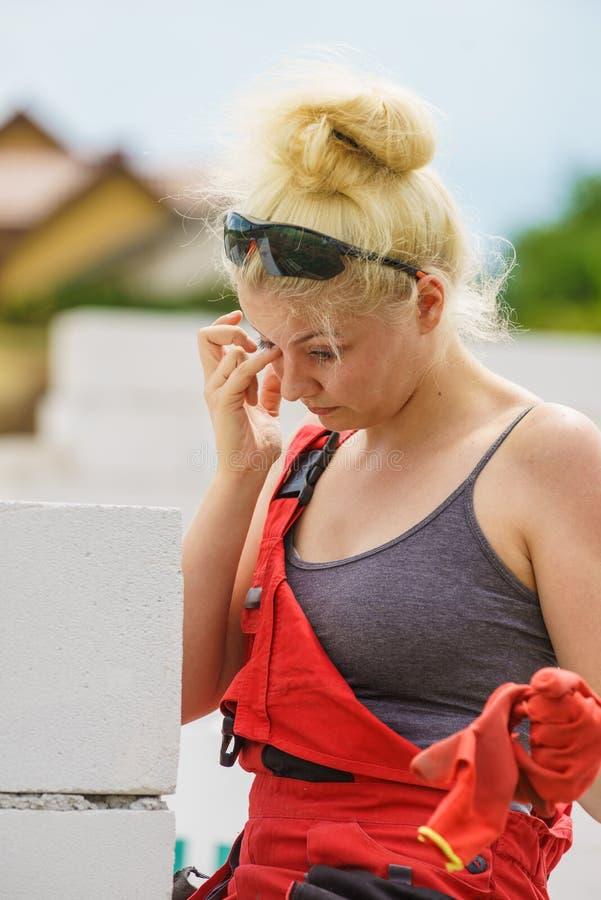 Femme fatiguée pleurant sur le chantier de construction photographie stock