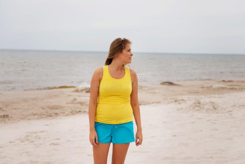 Femme fatiguée se tenant sur la plage image libre de droits