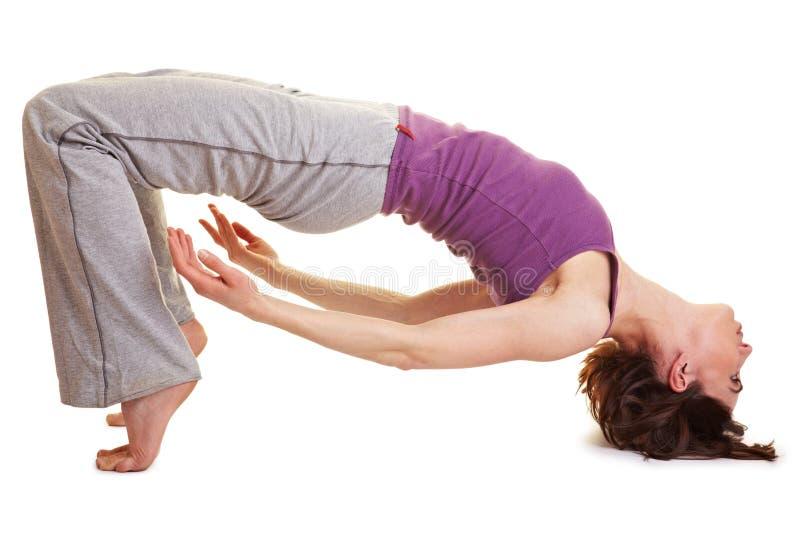 Femme flexible faisant une passerelle photos libres de droits