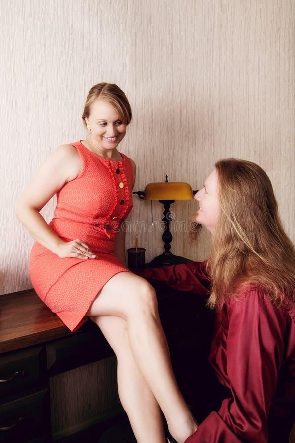 Femme flirtant avec l'homme photos stock