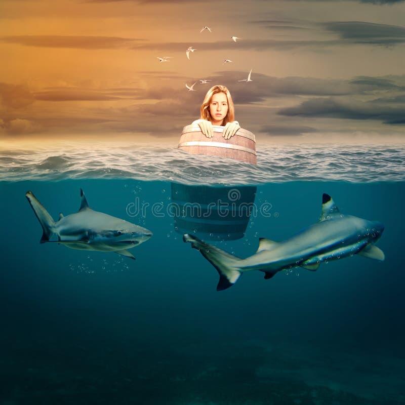 Femme flottant dans un baril photos libres de droits