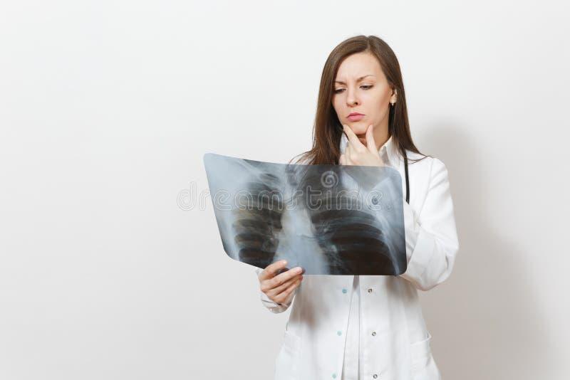 Femme focalisée embarrassée de docteur avec le rayon X des poumons, fluorography, roentgen d'isolement sur le fond blanc Docteur  photos libres de droits