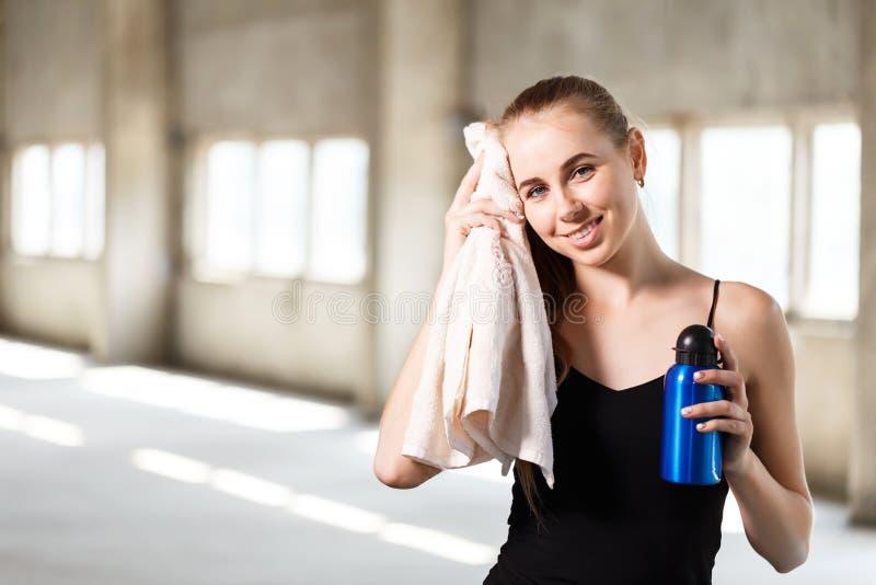 Femme folâtre sportive active avec la serviette photographie stock libre de droits
