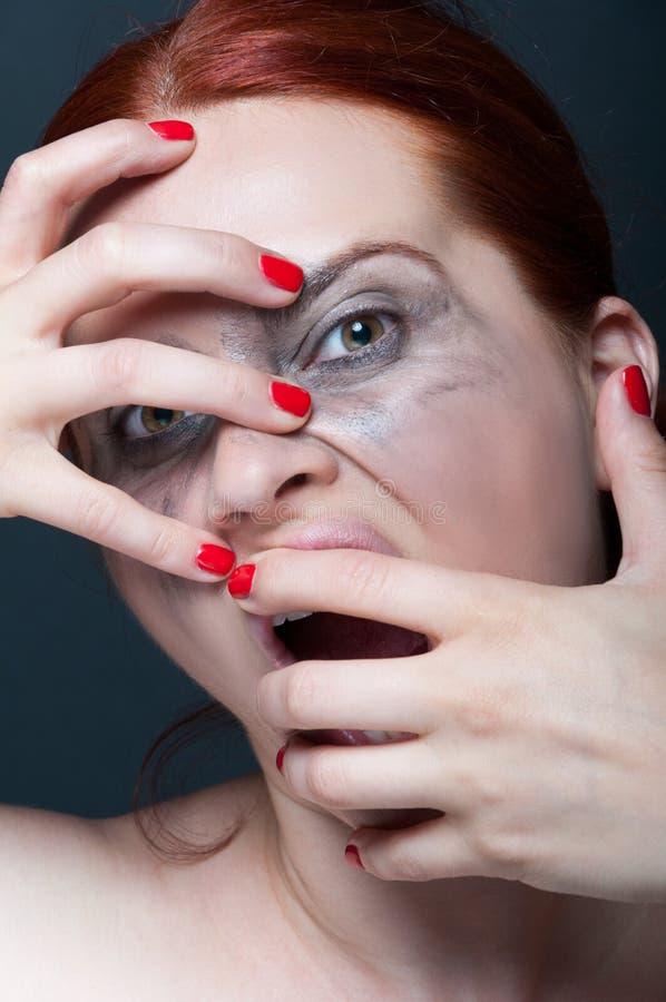 Femme folle criarde avec le visage sale images libres de droits
