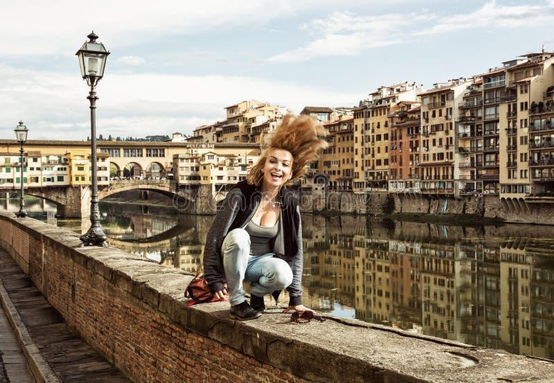 Femme folle jetant ses cheveux en l'air sur le mur devant le ponte v images stock