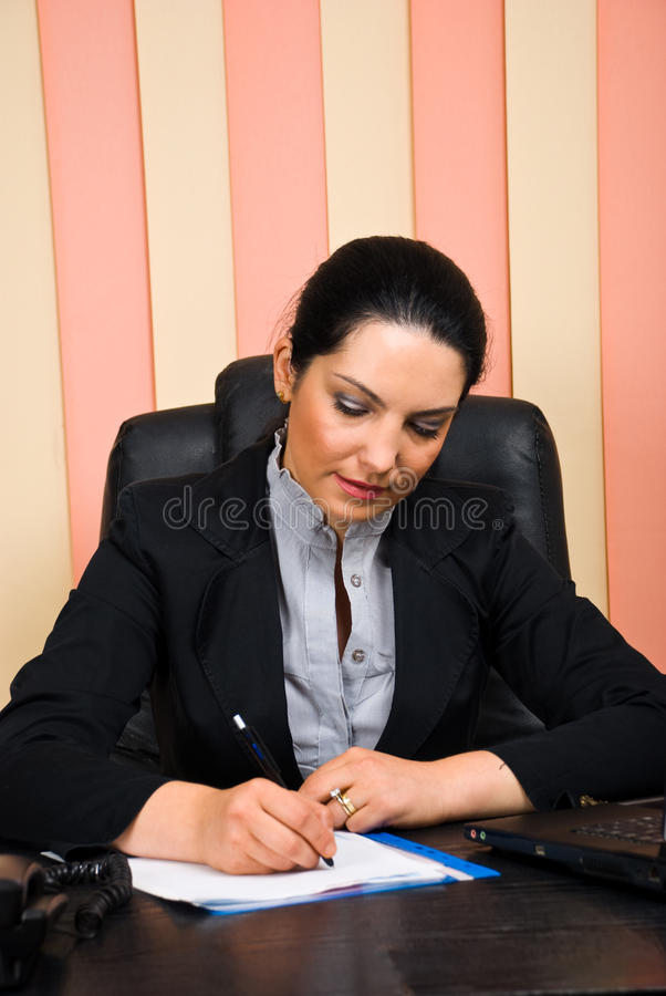 Femme formelle exécutive travaillant dans le bureau photos stock