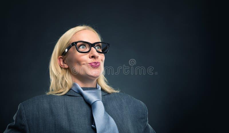 Femme forte étonnée image stock