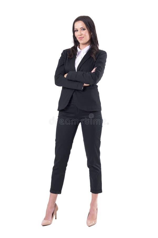 Femme forte indépendante réussie sûre d'affaires avec les bras croisés dans le costume élégant photos libres de droits