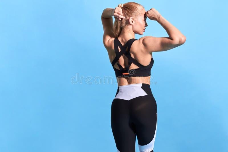 Femme forte musculaire mince se préparant à une concurrence photos libres de droits