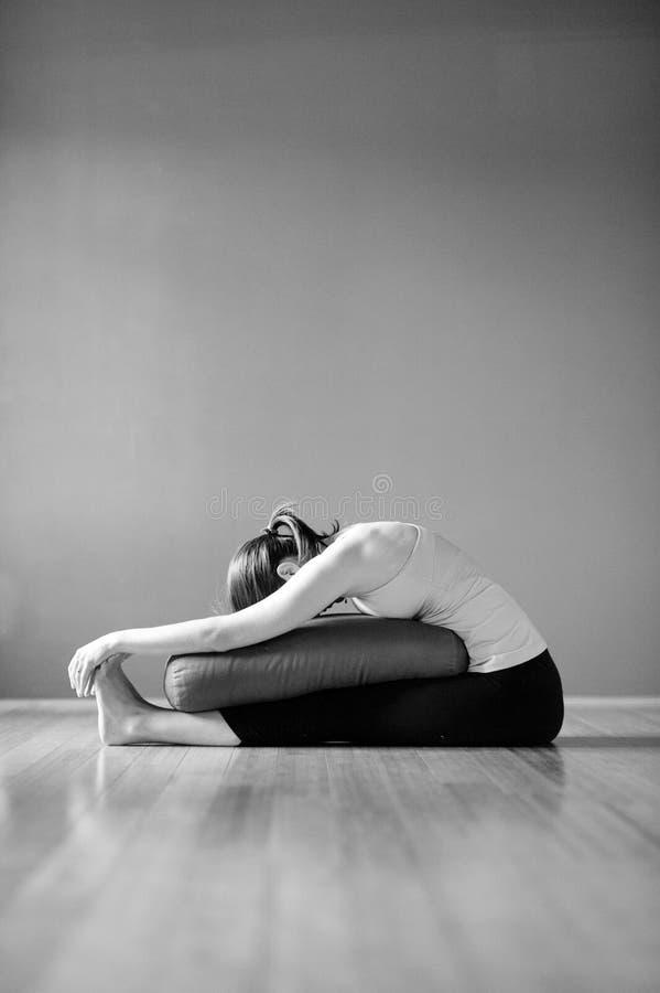 Femme fortifiante de yoga de photographie noire et blanche photo stock