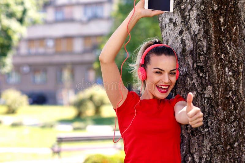 Femme fraîche de passion de musique avec des écouteurs écoutant la musique images libres de droits