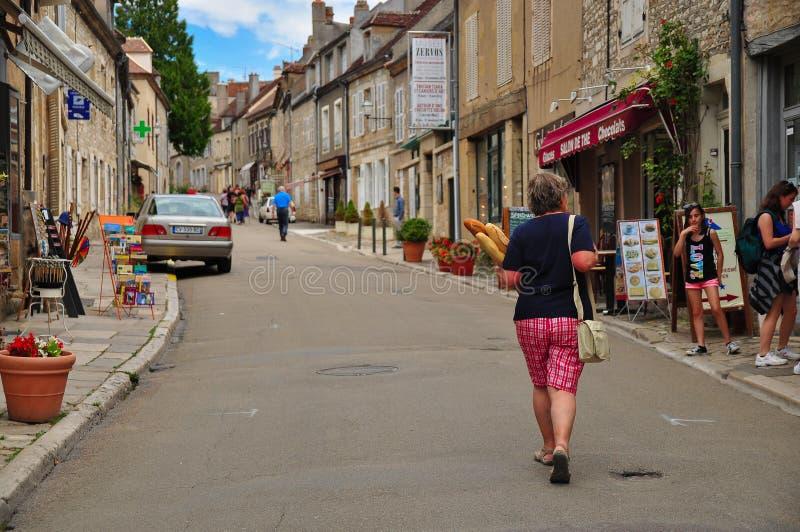 Femme française avec des baguettes sur la rue de Vezelay photo libre de droits