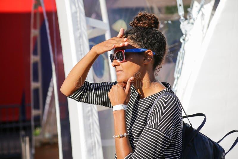 Femme française dans des couleurs de lunettes de soleil de drapeau national photo libre de droits