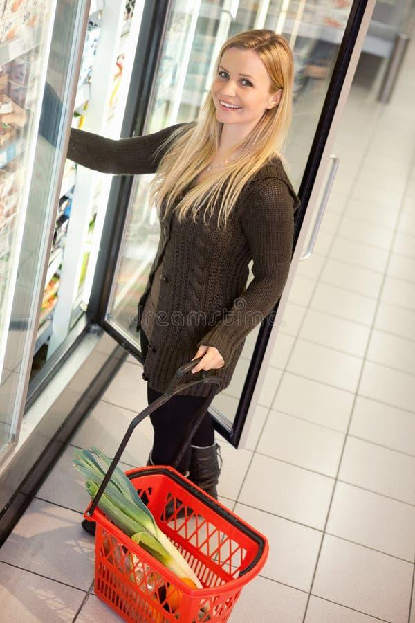 Femme froide d'épicerie de nourriture image libre de droits