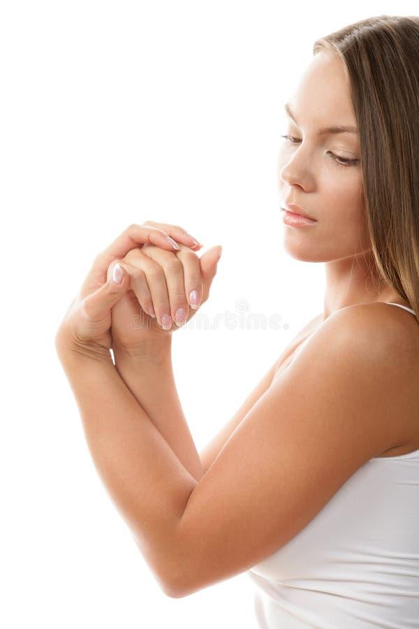 Femme frottant ses mains photo libre de droits