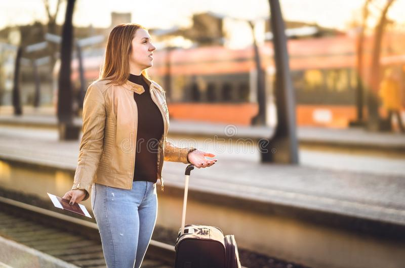 Femme frustrante à la station de train Tard, retardé, décommandé photos stock