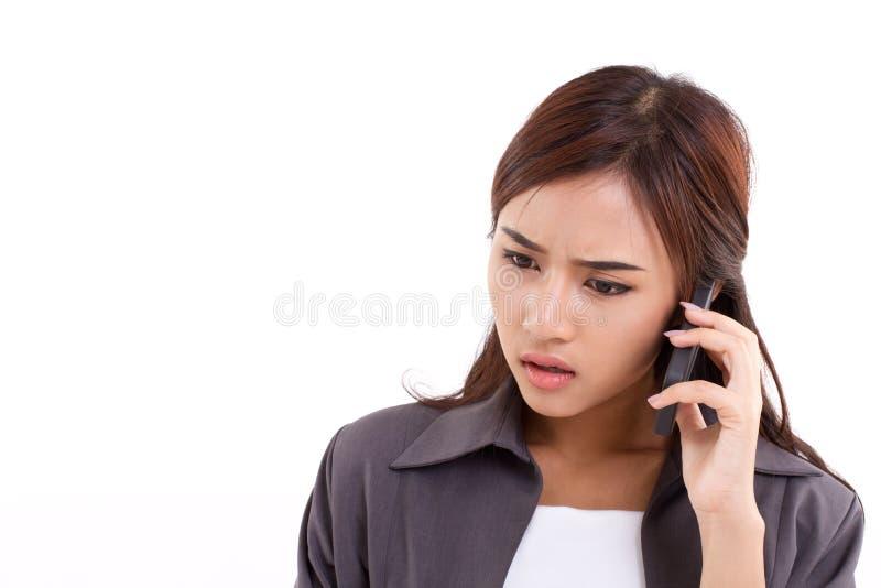 Femme frustrante et déçue d'affaires à l'aide du smartphone photos libres de droits