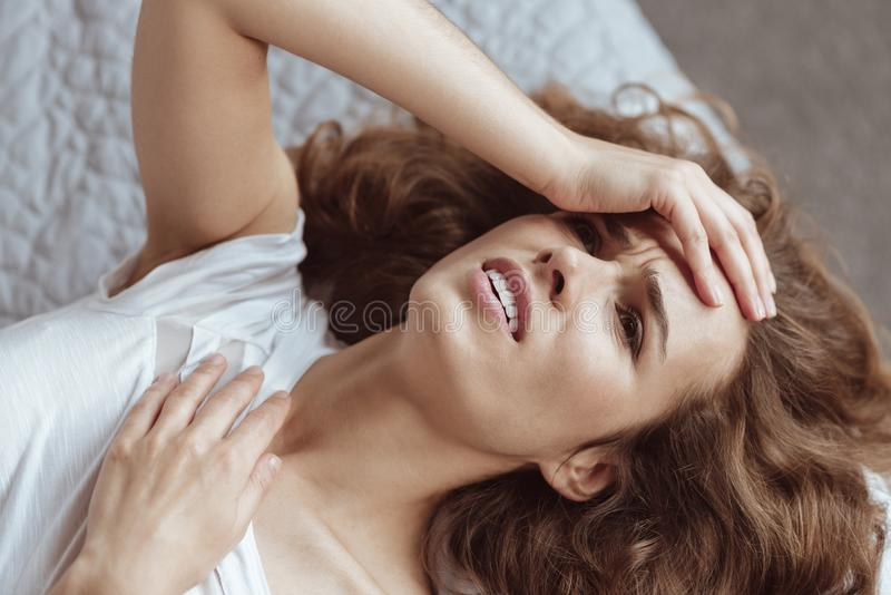 Femme frustrante souffrant du mal de tête grave image stock