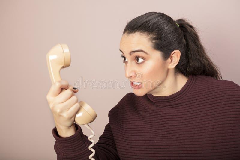 Femme furieuse fâchée grinçant ses dents photos stock