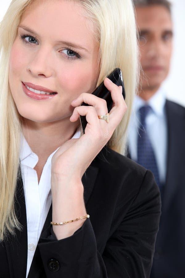 Femme futée à l'aide d'un téléphone portable images libres de droits