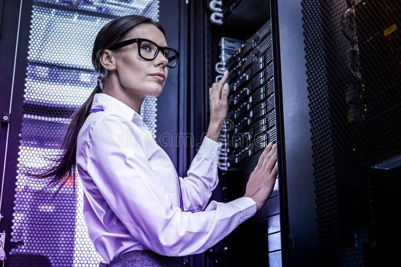 Femme futée sérieuse travaillant en tant que pirate informatique images libres de droits