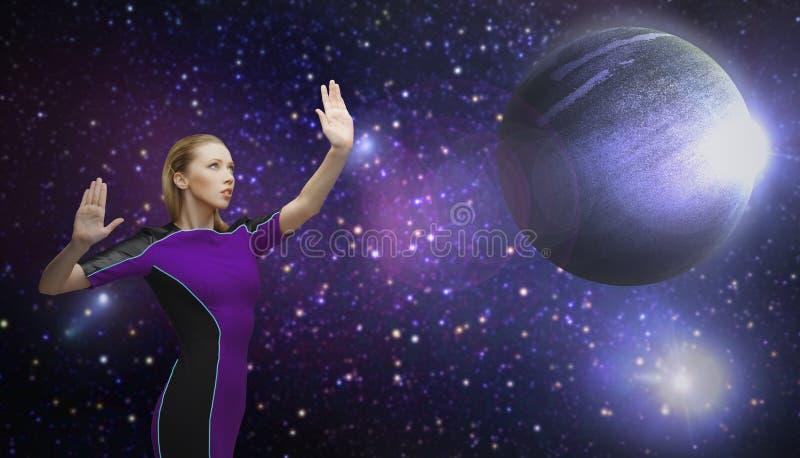 Femme futuriste au-dessus de planète et d'étoiles dans l'espace image stock