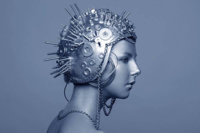 Femme futuriste dans le casque en métal avec des vis, des écrous et des chaînes photos libres de droits