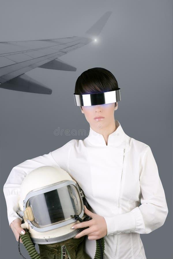 Femme futuriste de casque d'astronaute de vaisseau spatial photographie stock libre de droits