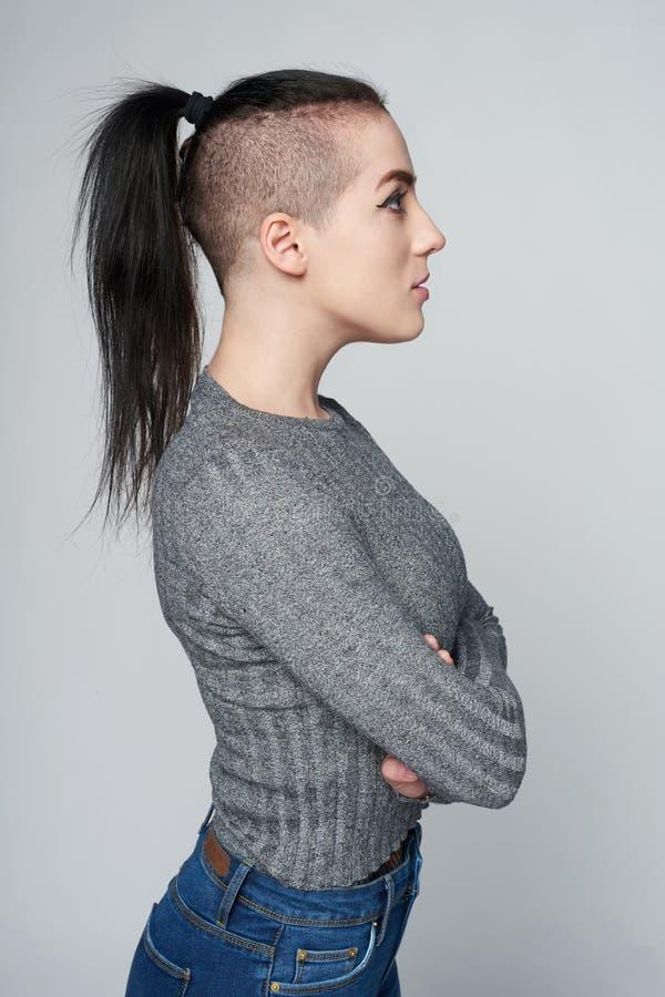 Femme géniale calme photo stock