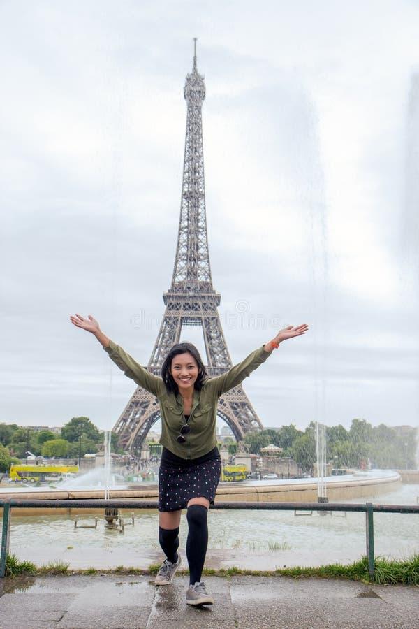 Femme gaie à Tour Eiffel images stock