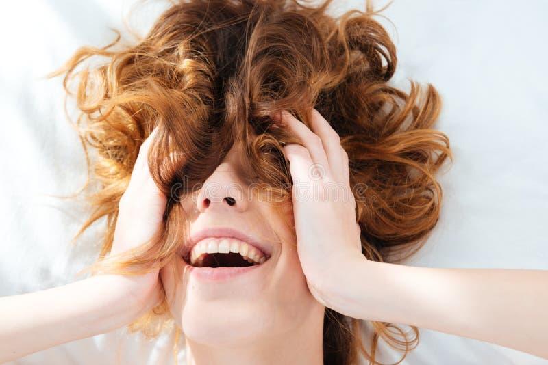 Femme gaie avec des poils sur son visage photos stock