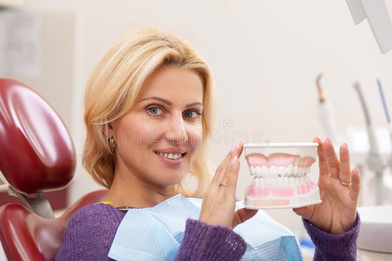 Femme gaie ayant le contrôle dentaire photographie stock