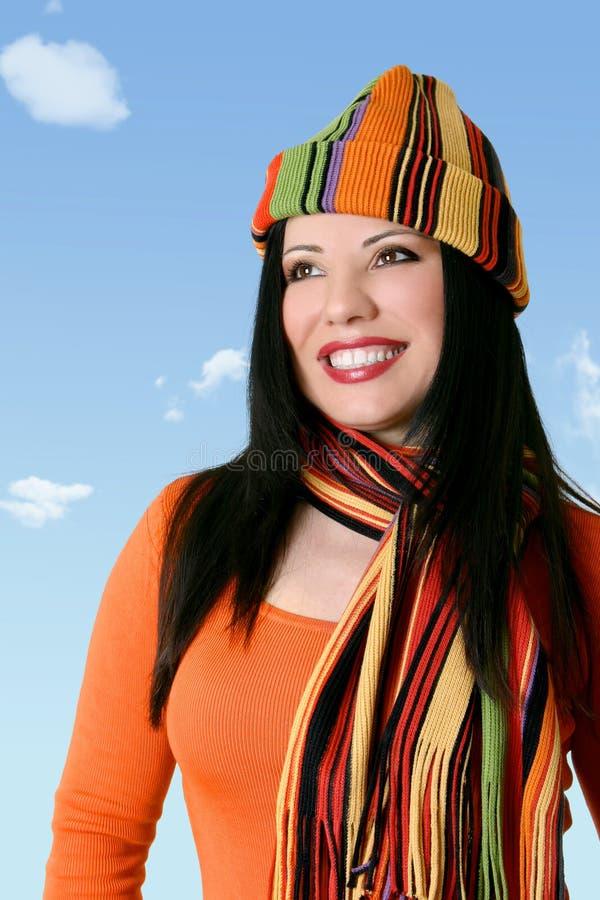 Femme gaie dans l'écharpe et le chapeau de l'hiver photos stock