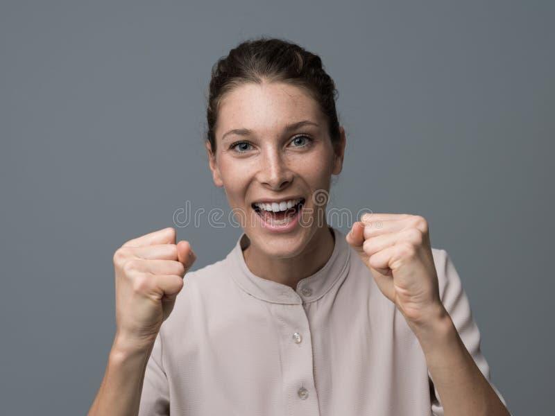 Femme gaie de gagnant photo stock