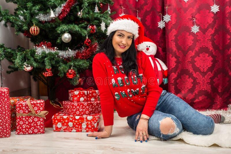 Femme gaie de Noël image stock