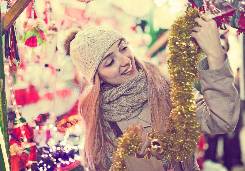 Femme gaie positive au compteur proche juste avec le cadeau de Noël photos libres de droits