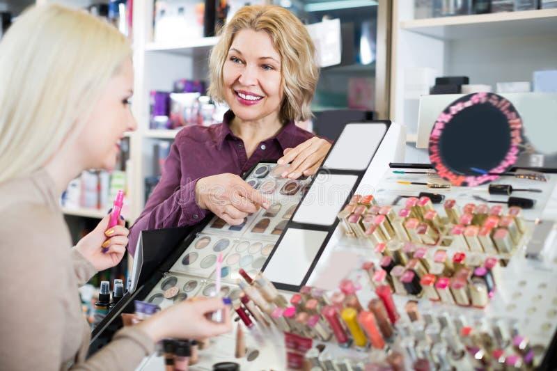 Femme gaie regardant des étagères avec des produits photos libres de droits