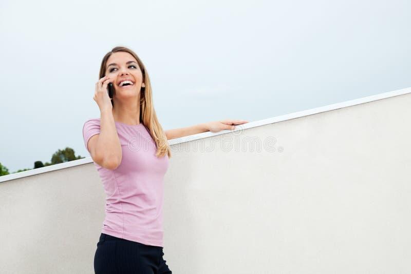 Femme gaie sur l'appel téléphonique photos stock