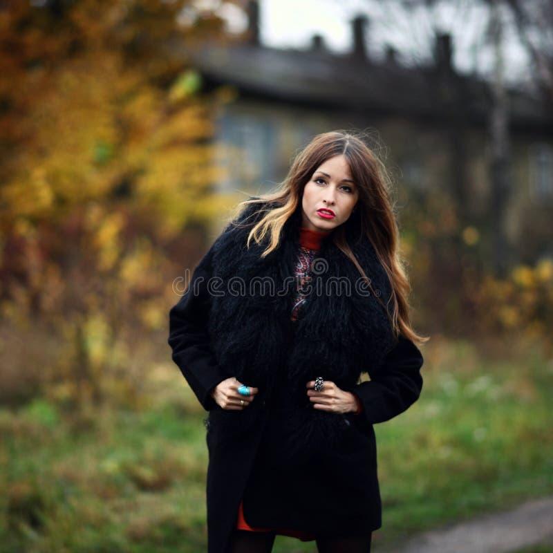 Femme gitane avec du charme magnifique restant dans la forêt extérieure photos stock