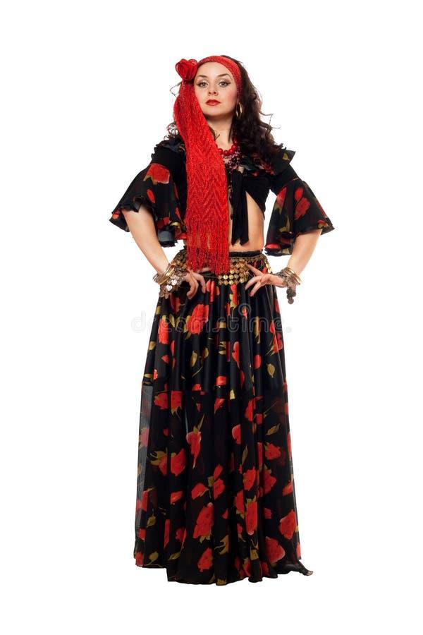 Femme gitane passionnée dans une jupe noire image libre de droits