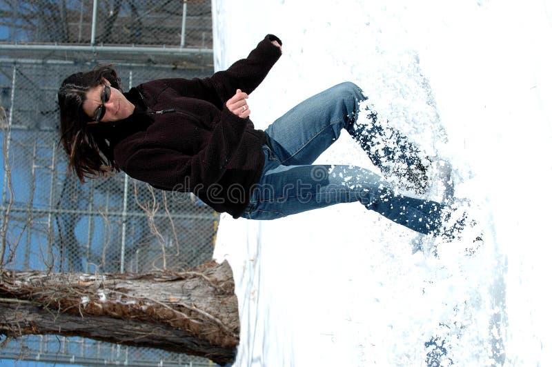 Femme glissant dans la neige image stock