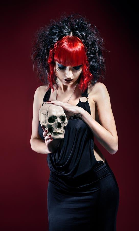 Femme gothique élégant avec le crâne image libre de droits
